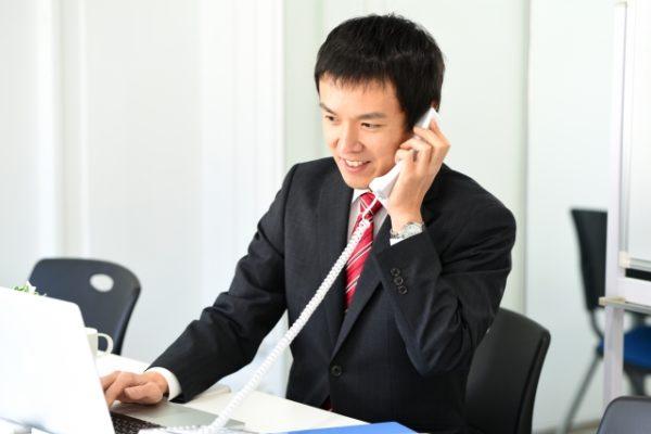 電話をとる営業マン